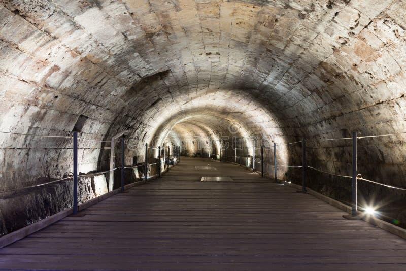 Underjordisk tunnel som byggs av riddarna Templar som passerar under fästningen i den gamla staden av tunnlandet i Israel royaltyfri foto