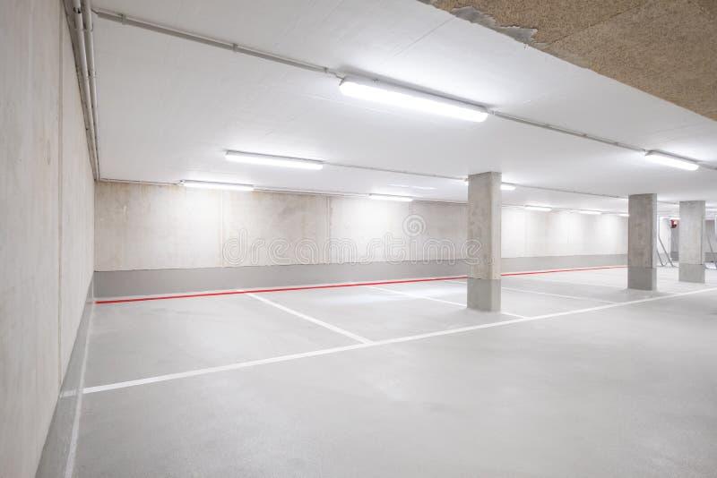 Underjordiskt bilparkeringsdäck royaltyfria bilder