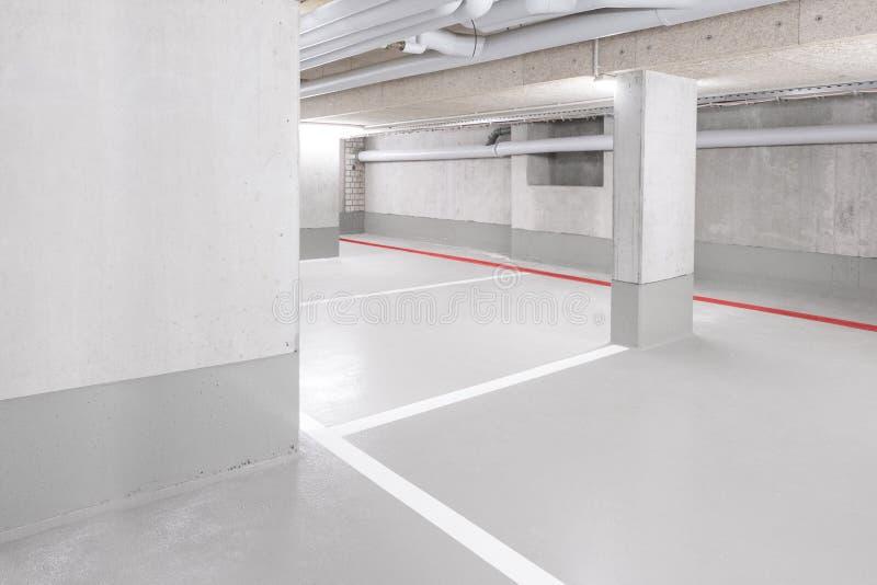 Underjordiskt bilparkeringsdäck - tomt garage med kopieringsutrymme arkivbild