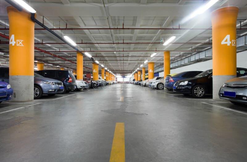 Underjordiskt garage arkivbild