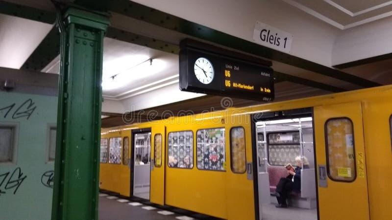 Underjordiskt tunnelbanatrans. i berlin U6 stoppplattform 1 arkivfoto