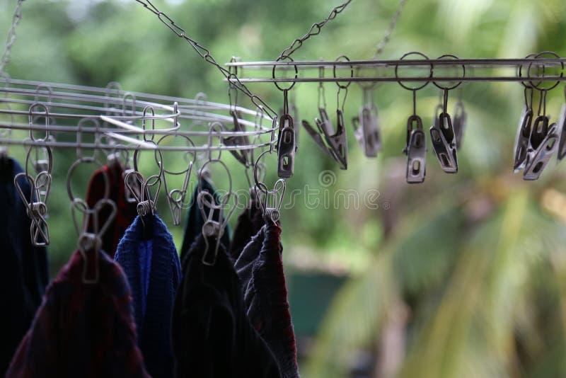 Underkläder eller kläder som hänger i metallklädnypan för torr kläder i solen arkivbilder