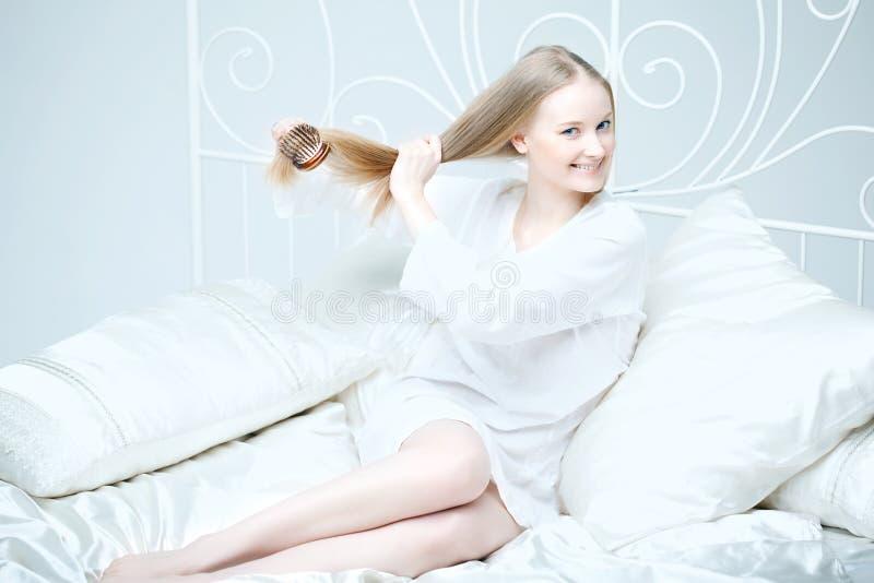 underlag som kammar flickahår henne fotografering för bildbyråer
