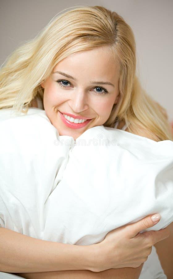 underlag som kramar kuddekvinnan arkivfoto