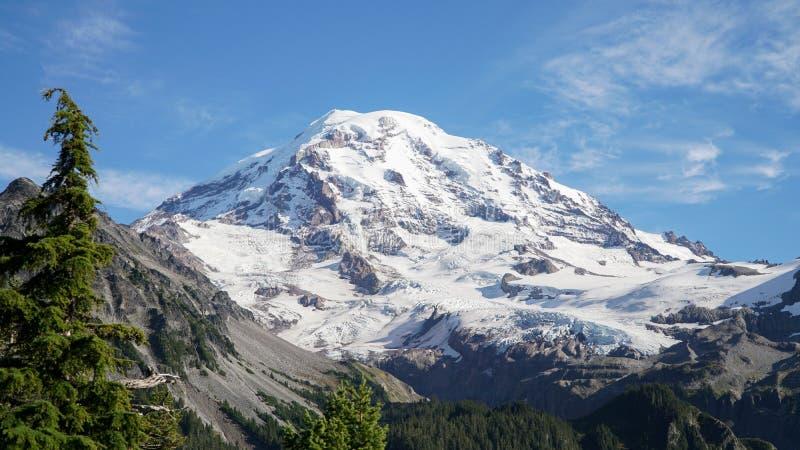 Underland som fotvandrar slingan som seglar runt Mount Rainier nära Seattle, USA fotografering för bildbyråer