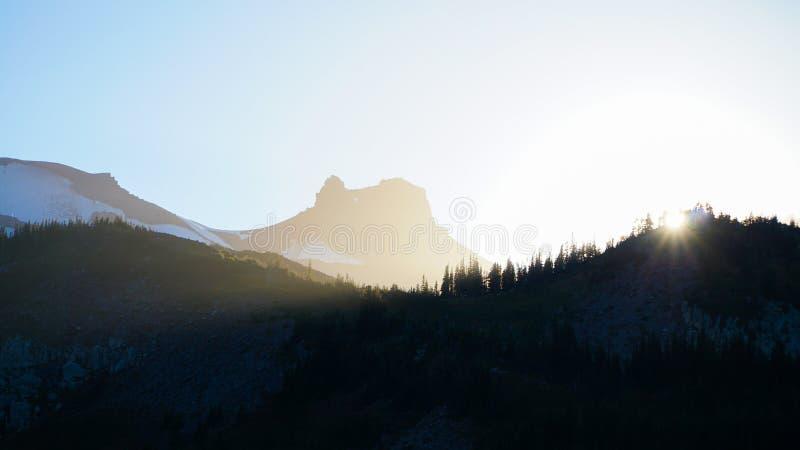 Underland som fotvandrar slingan som seglar runt Mount Rainier nära Seattle, USA royaltyfri foto