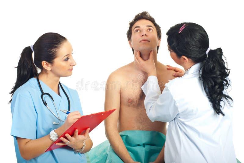 undersök den patient läkarekvinnan för den male halsen royaltyfri foto