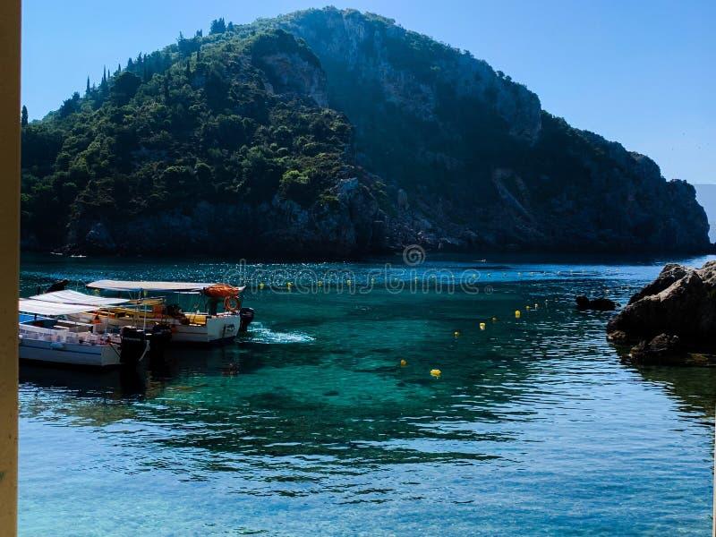 Undersöka den härliga ön av Palaiokastritsas, Korfu, med dess fantastiska sikter som läppjar ett kaffe! arkivfoto