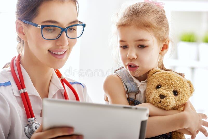 undersöka för barndoktor arkivbilder