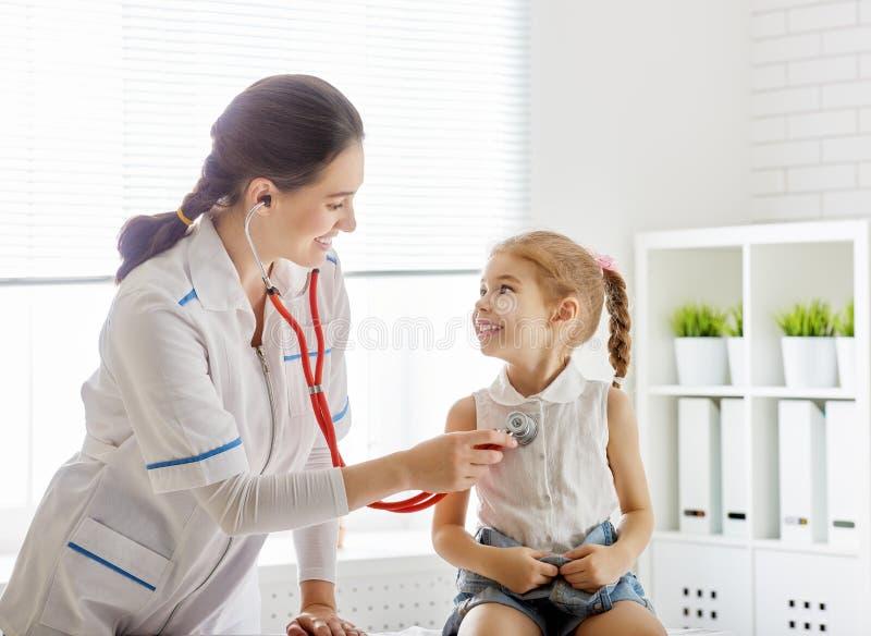 undersöka för barndoktor arkivfoto
