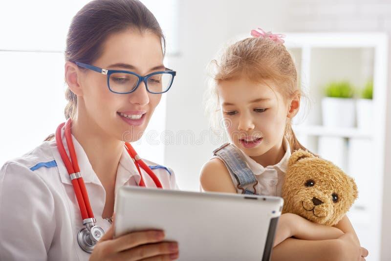 undersöka för barndoktor royaltyfria foton