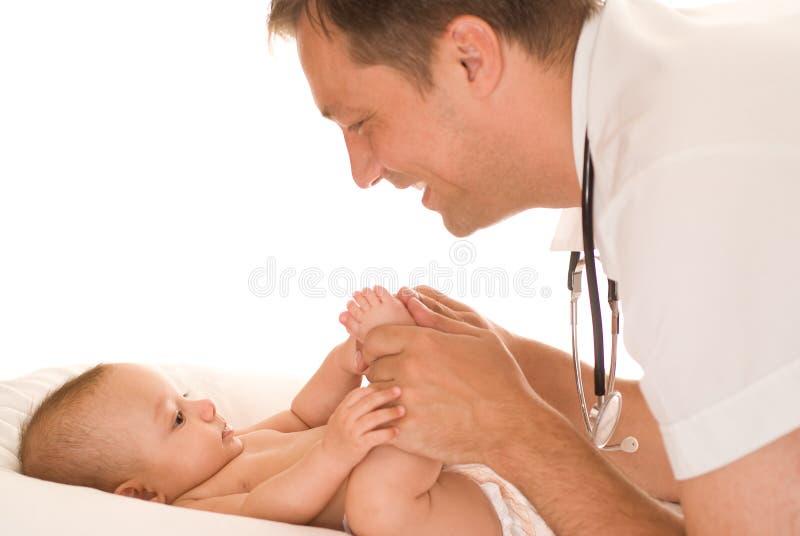 undersöka för doktor som är nyfött fotografering för bildbyråer