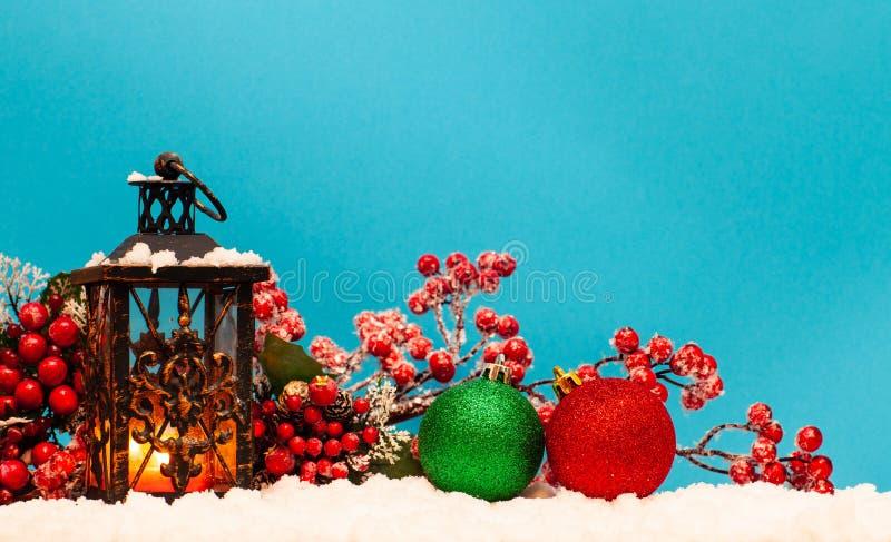 Undersöka lyktan och julbollar royaltyfri bild
