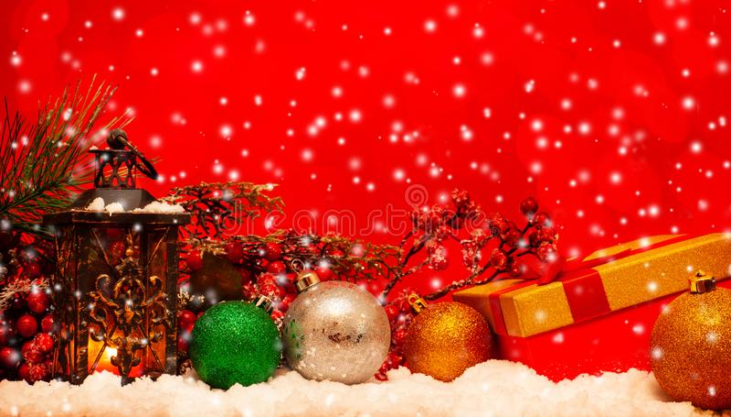 Undersöka lyktan och julbollar arkivbild