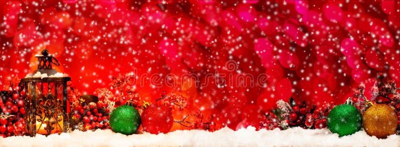 Undersöka lyktan och julbollar arkivfoto