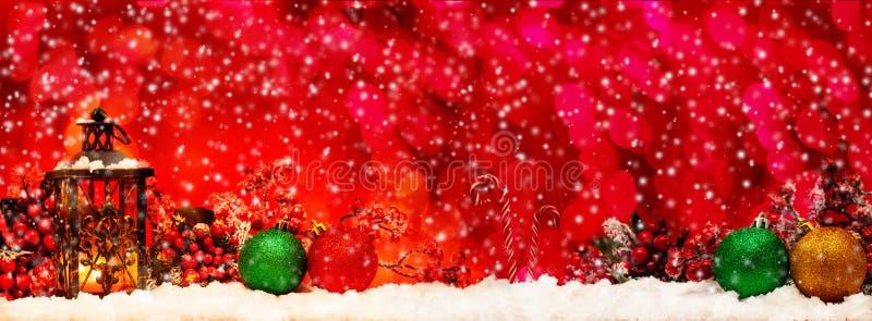 Undersöka lyktan och julbollar fotografering för bildbyråer