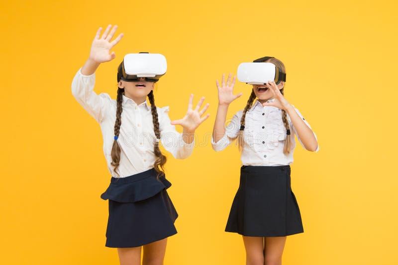 Undersökande ökad verklighet Erfarenheter att meddela och klara av projekt Ungar använder modern VR-teknologi Virtuell verklighet arkivbilder