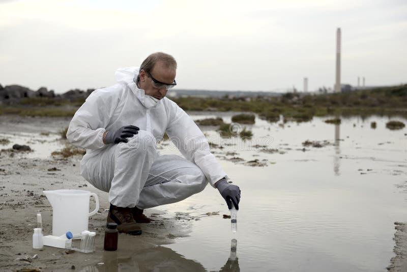 undersökande arbetare för skyddande dräkt för förorening royaltyfria foton