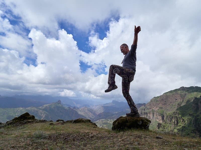 Undersökande berg för ung man arkivfoton
