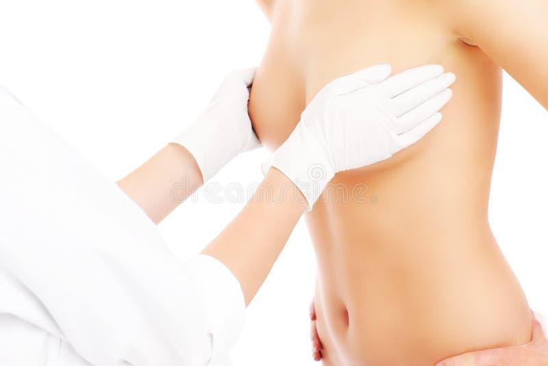 Undersökande bröst för doktor royaltyfri bild