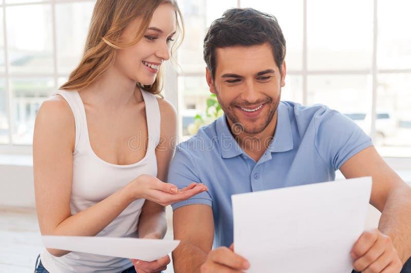 Undersökande dokument för par. arkivfoto