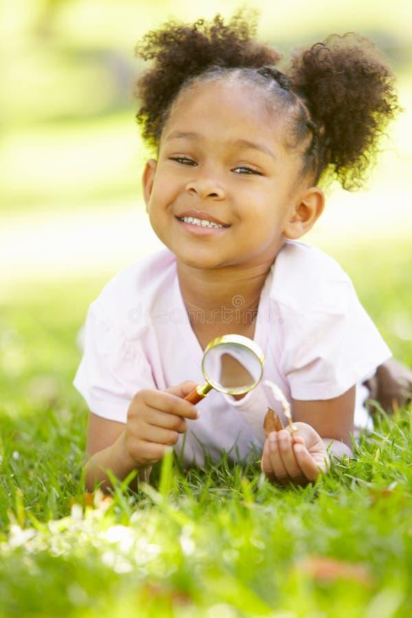 undersökande flickanaturbarn arkivbilder