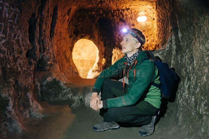 Undersökande grottor för man i Derinkuyu tunnelbanastad royaltyfria bilder