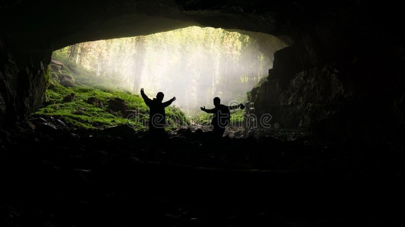 Undersökande ingång av Coiba Mare Cave i Apuseni berg, Rumänien arkivbilder