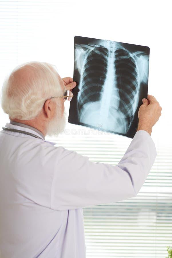 Undersökande lungaröntgenstråle arkivfoton
