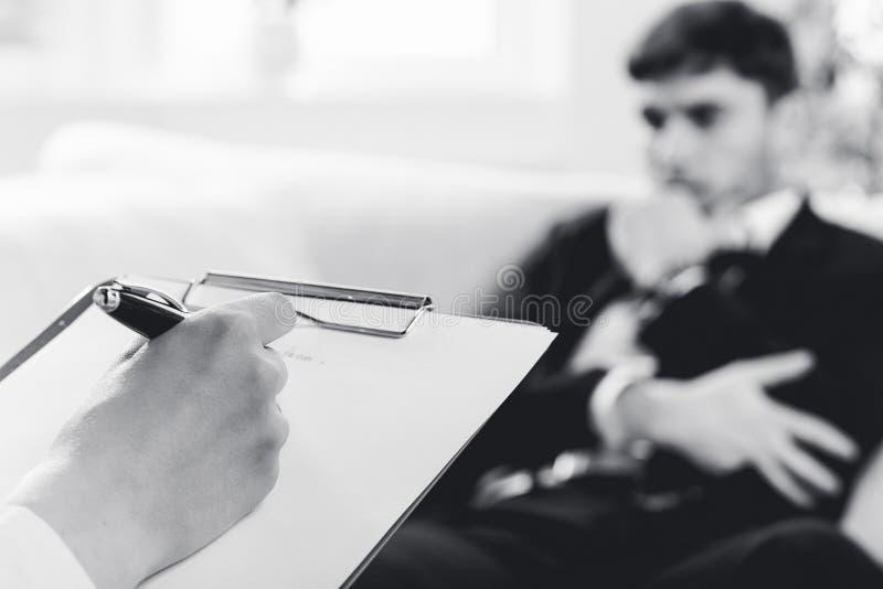undersökande male patient psykiater royaltyfri fotografi