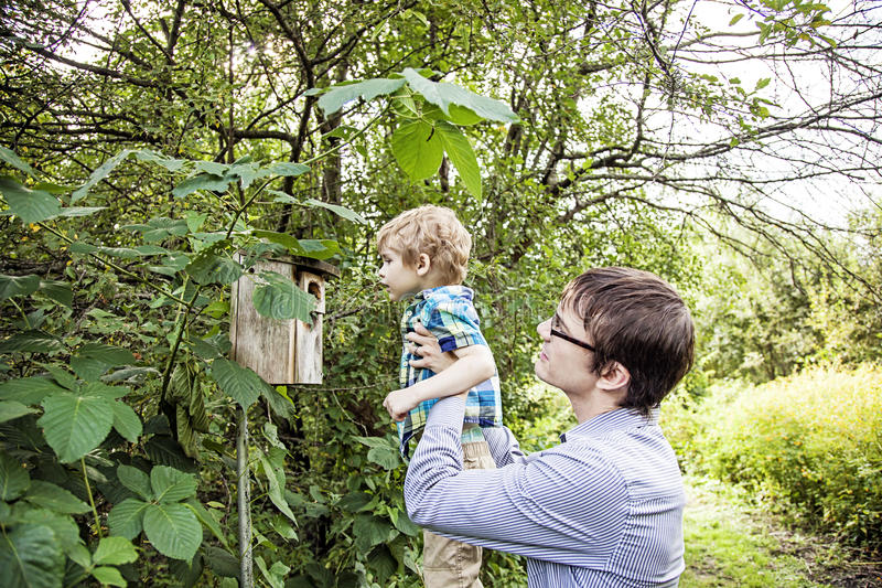 Undersökande natur för fader och för son arkivbilder