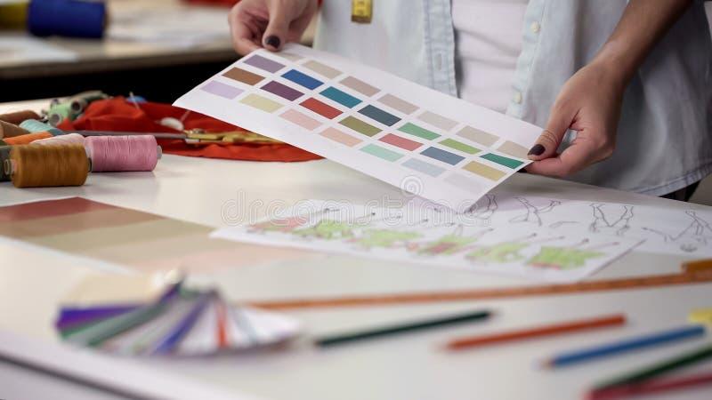 Undersökande palett för stylist som väljer huvudsaklig färg av den nya modesamlingen arkivbild