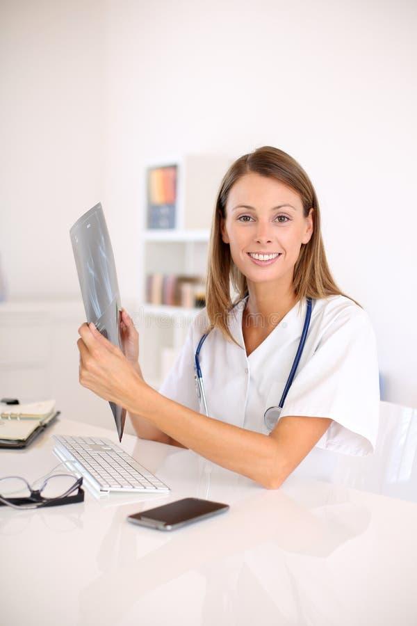 Undersökande röntgenstråleresultat för sjuksköterska royaltyfria bilder