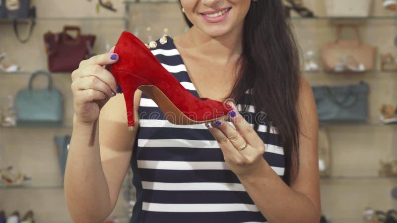 Undersökande sko för kvinna i lagerslut upp royaltyfri bild