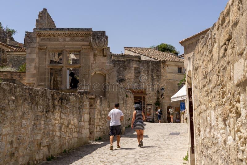 Undersökande smala gator på Baux-de-Provence i Frankrike royaltyfria foton