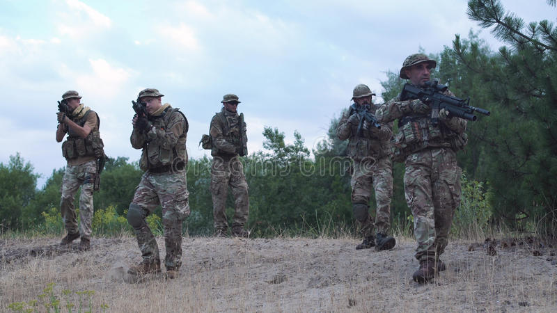 Undersökande territorium för militär soldat arkivbilder