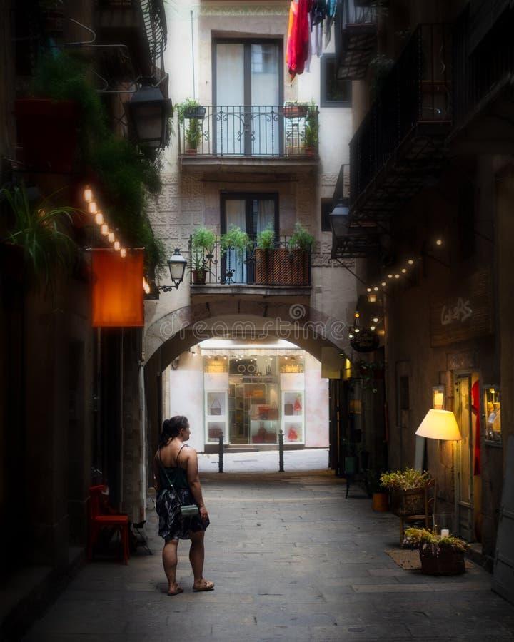 Undersökande tysta Barcelona baksidagränder fotografering för bildbyråer
