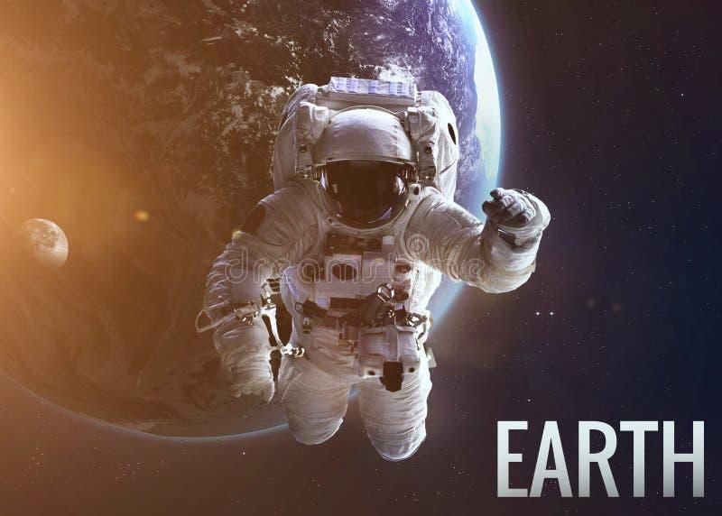 Undersökande utrymme för astronaut i den Earth's omloppet arkivfoton