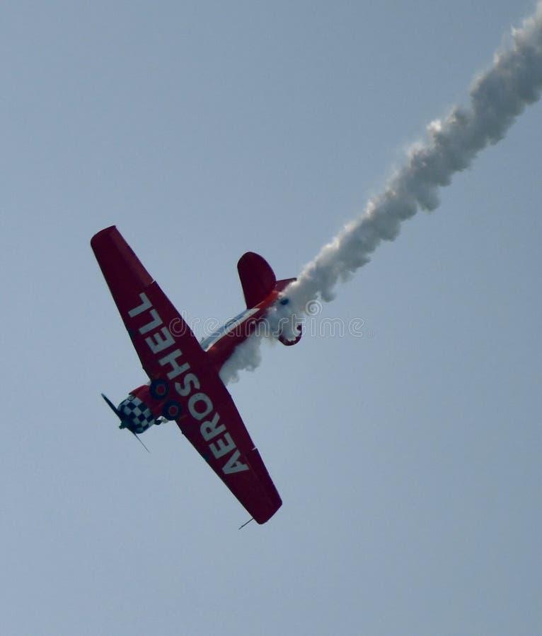 Undersida av Aeroshell Aerobatic Team Plane royaltyfri foto