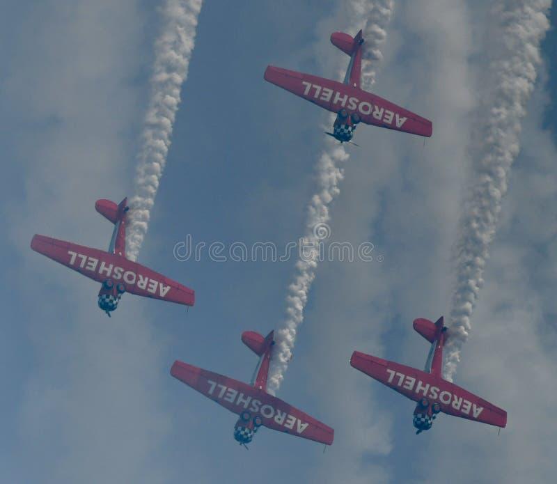 Undersida av Aeroshell Aerobatic Team Planes Pulling Out av en dyk royaltyfri bild