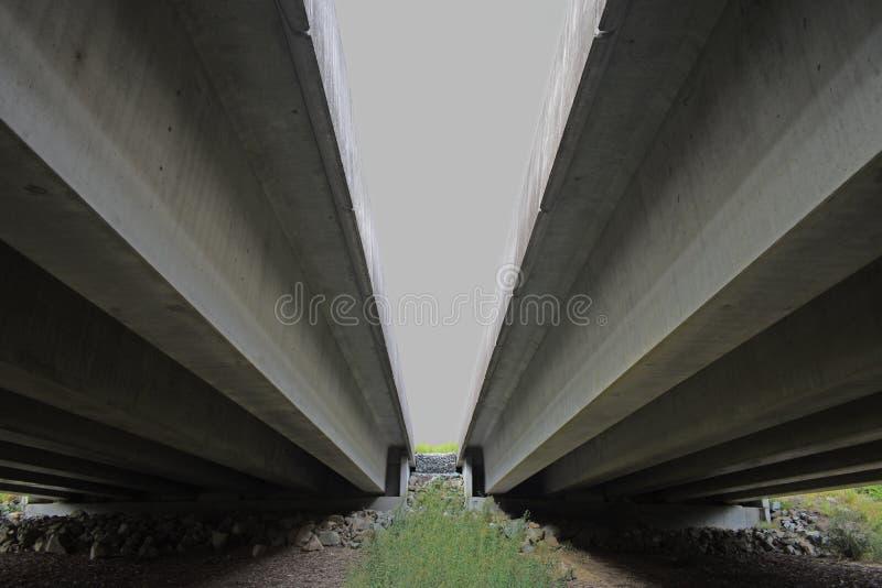 Undersida av en dubbelkörbanahuvudvägbro royaltyfri bild
