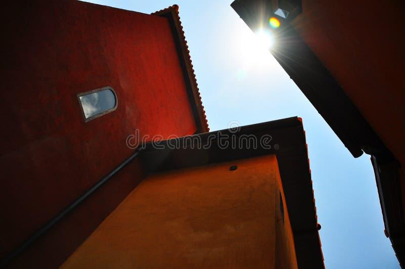 Underside του πορτοκαλιού εκλεκτής ποιότητας κτηρίου το μεσημέρι στοκ εικόνα
