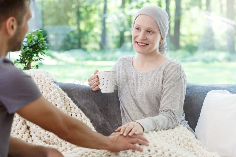 Understödjande flicka för volontär med leukemi arkivbilder