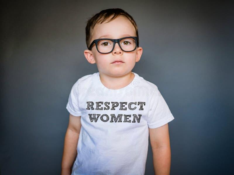 Understödjande kvinnor för en ung pojke royaltyfri fotografi