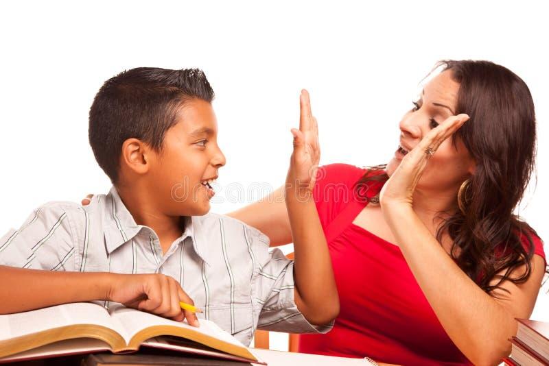 Understött latinamerikanskt studera för moder och för son fotografering för bildbyråer