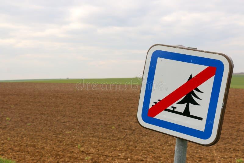 Underteckna att indikera att inga picknickar i ett stort öppnar fältet arkivfoton
