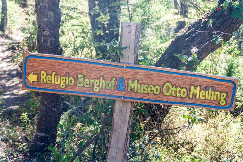 Underteckna in berg nära Bariloche, Argentin arkivfoton
