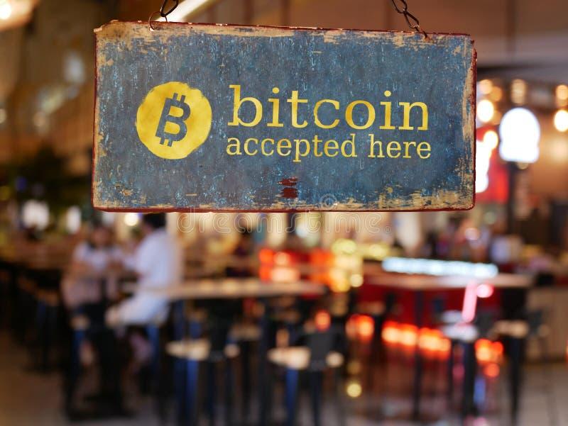 Underteckna bitcoin accepterat här hänga framme av restaurangdörren royaltyfria foton