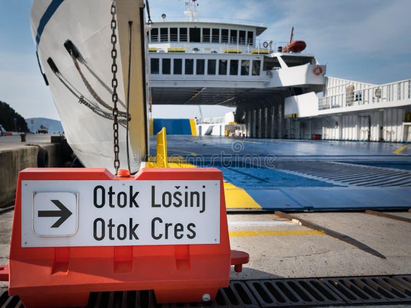 Underteckna för bilfärjan till ön av Cres och Losinj royaltyfria bilder