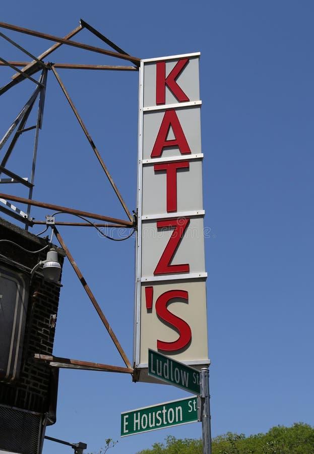 Underteckna för den historiska matvaruaffären för Katz ` s arkivfoton